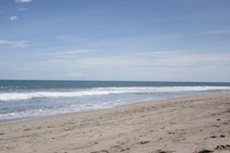Der Strand in Seminyak mit dunklem Sand