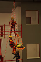 Christian aus Oberasbach: Höhenrettung am Übungsturm mit der Schleifkorbtrage