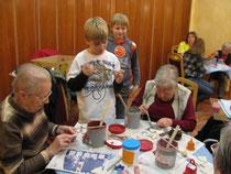 Colin  & Sebastian beim Glasieren im Seniorenzentrum
