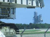 Crawler - im Hintergrund ein Space Shuttle Launch Center