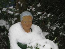 Betonfigur-Greisin-im-Schnee