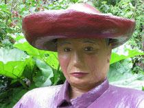 Betonfigur-sitzend-alte-Frau-mit-Hut