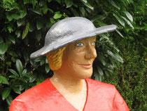 Betonfigur-Gartenfigur-Frau-mit-Geschenk-Detailaufnahme