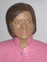 Betonfigur-Gartenfigur-sitzende-Frau, zu sehen in Ostercappeln