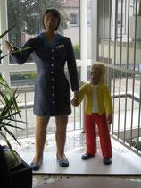 Betonfiguren-Mutter-mit-Kind, zu sehen im Rathaus in Neuenkirchen