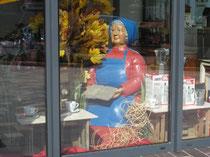 Betonfigur-alte-Frau-sitzend, zu sehen bei Joliente, Neuenkirchen