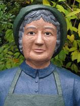 Betonfigur-alte-Frau-sitzend, Portrait