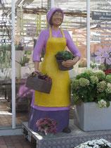 Betonfigur-Blumenfrau, zu sehen bei Blumen-Holtheide, Neuenkirchen