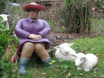 Betonfigur-sitzend-alte-Frau-mit-Hut-mit-Beton-Schafen