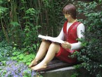 Betonfigur-Gartenfigur-junge-Frau-auf-Mauer-sitzend-lesend, ca. 84cm hoch