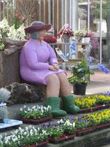 Betonfigur-Frau, sitzend, zu sehen bei Blumen-Holtheide, Neuenkirchen