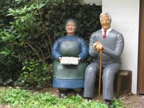 Betonfiguren-sitzend-alter-Mann-alte-Frau