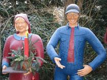 Betonfiguren-junger-Mann-und-junge-Frau-stehend