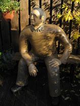 Betonfigur-sitzender-Mann