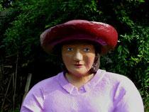 Betonfigur-Frau-mit-Hut