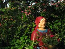Betonfigur-junge-Frau-mit-Tablett-stehend, ca. 165cm hoch