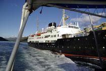 Hurtigruten Schiff im Trollfjorden