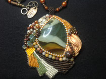Halloween, cabochon et perles de jaspe tricolore. Collier assorti. dos cuir