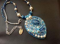 Blue mountains cabochon jaspe baigne, perles agate bleue et perles nacrées Swarovski. Collier assorti, dos cuir