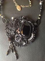 Soulage. Harmonie de noir mat et brillant. Cabochon Swarovski 37x25,5. Collier assorti dos cuir