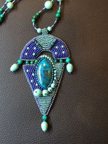 Orientale. Cabochon en pierre chrysochole. Broderie en perles Miyuki et nacrées Swarovski