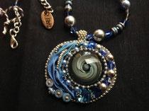 Giboulee   cabochon verre soufflé du Créateur AKO, broderie perles et soie shibori