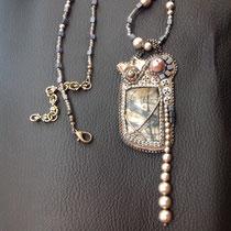 Herbes folles : cabochon jaspe Picasso, perles nacrées Swarovski. Collier assorti , dos cuir