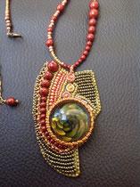 couleurs d'automne : caboichon du créateur AKo bijoux de verre. Perles nacrées Swarovski. Collier assorti, dos cuir.