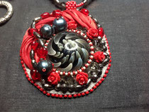 La Fournaise cabochon verre soufflé du Créateur AKO, broderie perles et soie shibori