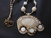Fleur d'oranger cabochon sélénite et perles de nacre. Idéal pour mariage