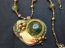 Sultane - cabochon verre soufflé du Créateur AKO - broderie soie shibori, perles  d'olivine