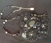 Black Lady cabochon cristal Swarovski, broderie sur dentelle noire. Dos en cuir pleine fleur