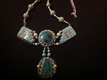 Azteque. Plastron avec cabochon en pierre de chrysochole, brodé avec des perles tila en verre. dos cuir.