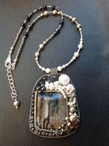 Clair de lune : cabochon jaspe paysage, perles nacrées Swarovski. Collier assorti, dos cuir.