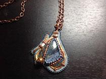 Cuivrée :cabochon de pietersite, broderie de perles japonaises Miyuki et ornement de fil de cuivre.