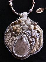 Shamballa, cabochon en pierre fossile de corail, broderie et collier assorti. Dos cuir