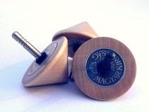 Holzkreisel mit eingelegter Münze
