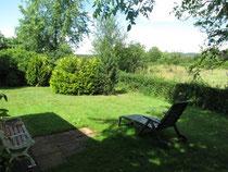 Terrasse hinten im Garten mit Blick ins Grüne