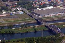 Der Oberbürgermeister-Lehr-Brückenzug über Ruhr und Hafenkanal.