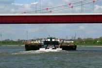 Unter der Friedrich-Ebert-Brücke fährt ein Schubverband rheinabwärts