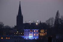 """März 2005 - Seit einigen Wochen wird dieses Bürohaus in Homberg blau angeleuchtet. Ein neuer """"Hingucker"""" für Rheinschiffer und Ruhrorter."""