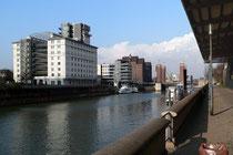 März 2006 - Anfang März hat der Winter Duisburg noch fest im Griff. Aber jeder Sonnenstrahl wird genutzt, um endlich wieder frische Luft zu tanken. So wie hier am Innenhafen.