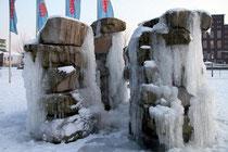 Februar 2010 - Der längste Winter seit Jahrzehnten! Wochenlang hatten Eis und Schnee Duisburg im eiskalten Griff. Da wurde der Brunnen vor dem Alltours-Gebäude im Innenhafen fast zu einem Kunstwerk.