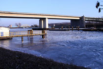 März 2012 - Die frostigen Temperaturen im Februar führten zu Eisbildung in den Häfen und Kanälen, wie hier im Kanalhafen unterhalb der Berliner Brücke kurz vor der Meidericher Schleuse, die den Betrieb genau wie die Ruhrschleuse für einige Tage einstellte