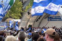Juni 2005 - WIR SIND ZEBRAS! Duisburg feiert den Aufsteiger MSV mit einem Empfang im Rathaus und einer Aufstiegsfeier mit Tausenden Fans auf dem Burgplatz.