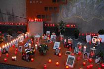 August 2015 - 5 Jahre sind seit der Loveparade-Katastrophe vergangen. Jedes Jahr treffen sich im Juli Hinterbliebene und Betroffene an der Gedenkstätte, da wo 21 Menschen ihr Leben verloren und Hunderte verletzt und traumatisiert wurden.