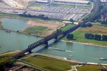 Eisenbahnbrücke von Hochfeld nach Rheinhausen - links das Logport