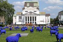 """September 2011 - Friedlich grasende blaue Schafe auf dem König-Heinrich-Platz vor dem Stadttheater - ein Kunstobjekt von Rainer Bonk und Berta-Maria Reetz. """"Alle sind gleich. Jeder ist wichtig."""", das ist die friedliche Botschaft der Blauschafe."""