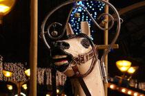 Dezember 2008 - Es ist Weihnachtsmarkt in Duisburg - endlich wieder ohne Baustellen. Viele Besucher bestaunen das historische Kinderkarussell. Und langsam kommt Weihnachtsstimmung auf.
