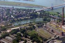 Der Eisenbahnhafen und die Ruhrort-Homberger Rheinbrücke.